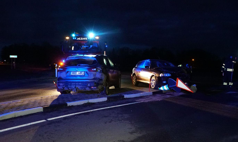 Video:  Maantee jäi kahele Nissanile liiga kitsaks