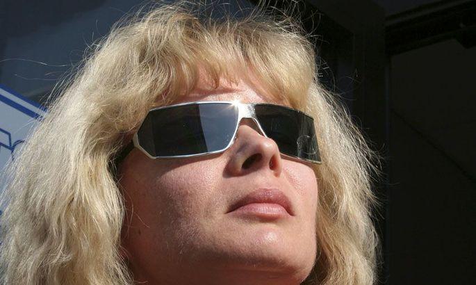 fc51310b85f Eesti Optiku Rakvere prillipoe juhataja Silvi Kuhlberg soovitab osta  suuremate ja kumeramate klaasidega prille.