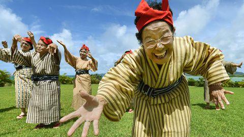 Jaapani keskmine eluiga on 83, 98 aastat ning kõige kauem elavad Okinawa saarestiku elanikud. Pildil traditsioonilistes kostüümides eakate Okinawalaste laulu- ja tantsubänd, kus naiste keskmine vanus on 84 aastat.