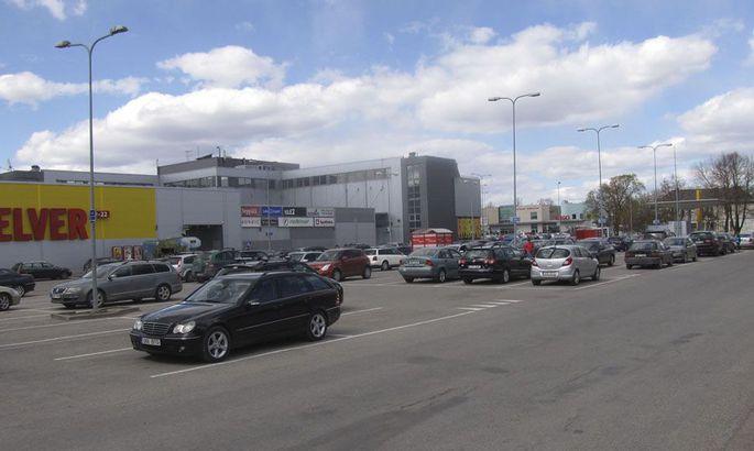 a33e00f7abd Argipäeviti on Centrumi kaubamaja ja bussijaama parkla ostlejate  sõidukitest tulvil. Samas leidub selliseid autoomanikke, kes jätavad oma  auto sinna ...