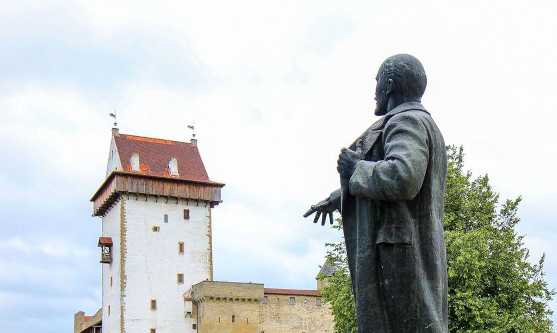 Памятник Ленину с Петровской пл. перекочевал на территорию замка.