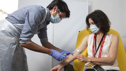 Vabatahtlik AstraZeneca vaktsiiniuuringus saamas doosi.