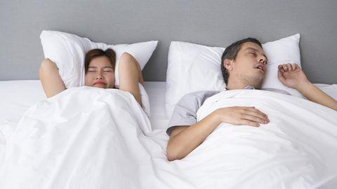 Hingamispausidega norskamine ehk uneapnoe mõjutab ka paarilise tervist.