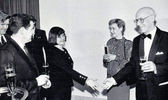 733007f4633 Esimese vastuvõtu korraldas president Lennart Meri Eesti Vabariigi 75.  aastapäeval. Presidendipaari tervitavad Läti toonane juht Anatolijs  Gorbunovs ning ...
