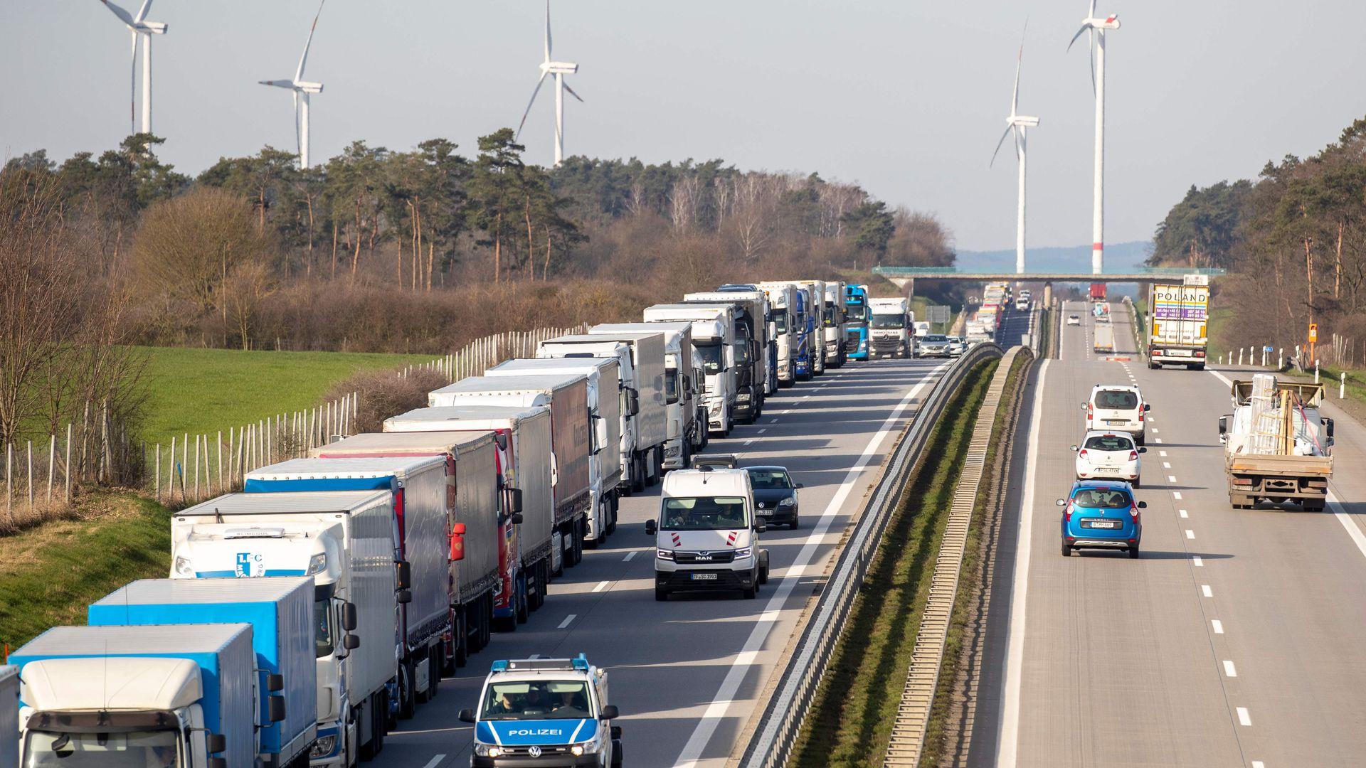 Saksa-Poola piirile lõksu jäänud leedulased blokeerivad teed