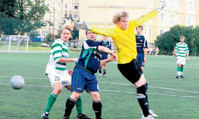 5259e33baeb FC Flora mängija Janek Kalda (vasakult) pealelööki üritavad väravavõrku  sattumast päästa Quattromedi poolkaitsja Elmo Kuslap ja väravavaht Martti  Kass.