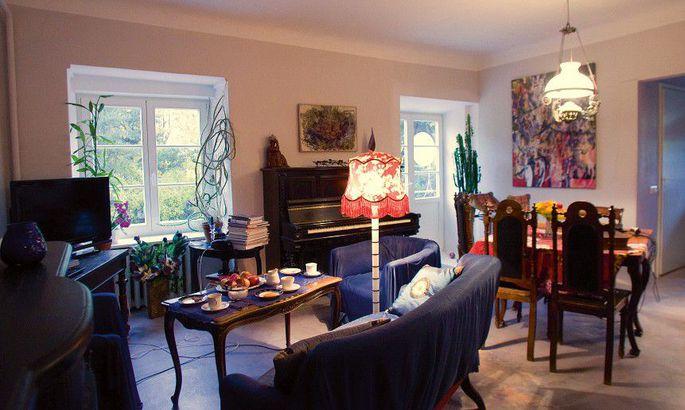 eb5d73b0022 Muljetavaldav: elutoale annavad näo huvitav vana mööbel ja ameerika  kunstniku Harry Colmani ning Lola Liivati maalid.