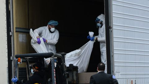 Brooklyni haigla kõrval tõstetakse veokisse Covid-19 ohvrite kehasid.