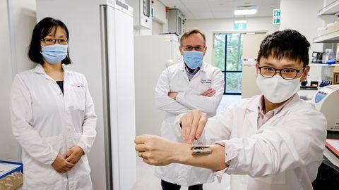 Nanyangi Tehnoloogiaülikooli teadlased uudse seadmega, millele taotletakse hetkel patenti.