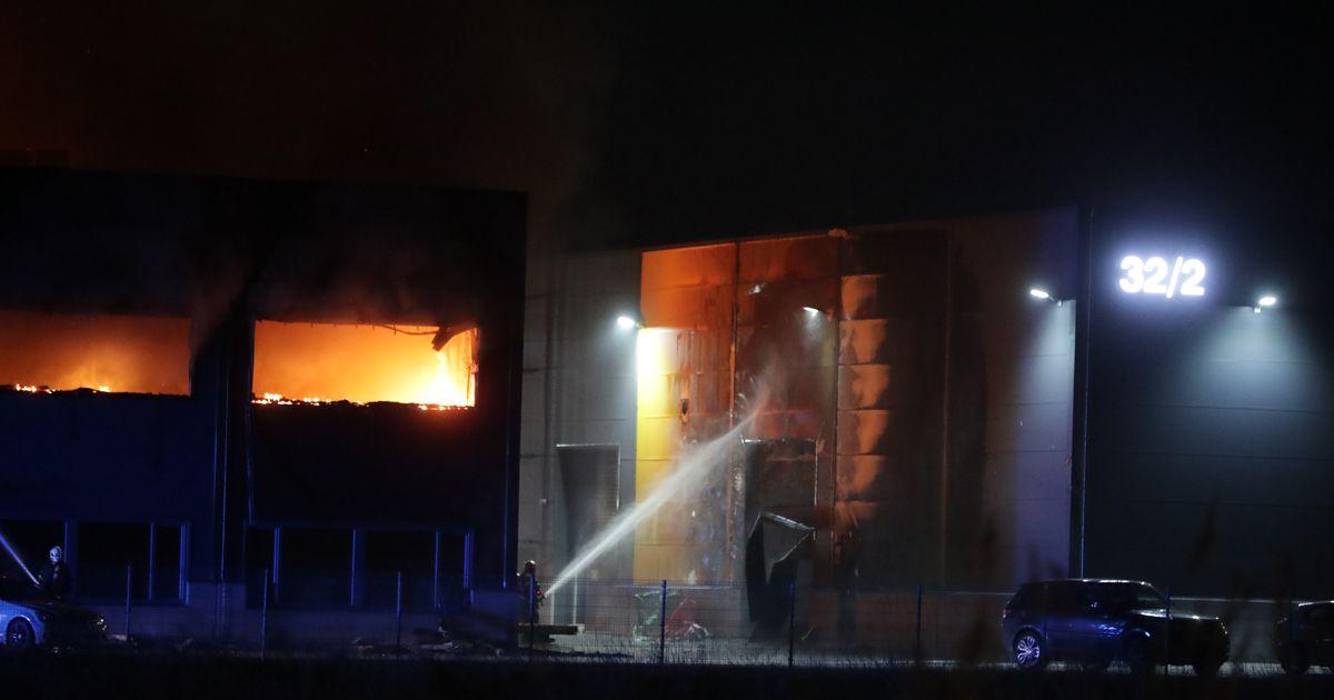 Fotod ja videod: Peetri alevikus põleb laohoone