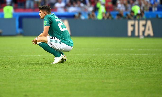 2190a582488 Saksamaa ründaja Mario Gomez kükitamas hetk pärast lõpuvile kõlamist  nõutult Kaasani staadionil.