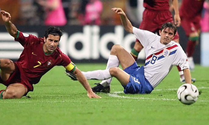 c0d5215c07e Portugali mängija Luis Figo (vasakul) ja Hollandi jalgpallur Phillip Cocu.