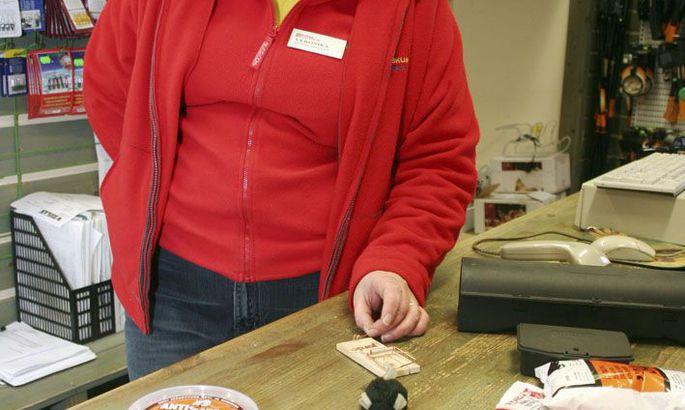 f0fadcd44d6 Klõpsa pildil suuremalt vaatamiseks Müügikonsultant Veronika Valge  tutvustas uudistajatele äris müügil olevaid hiire- ja rotilõkse ja inimeste  poolt kodudes ...
