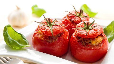 RETSEPT Küüslauguse juustuga täidetud tomatid