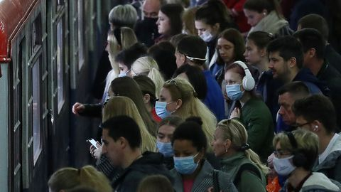 Moskva inimesed ühistransporti ootamas.