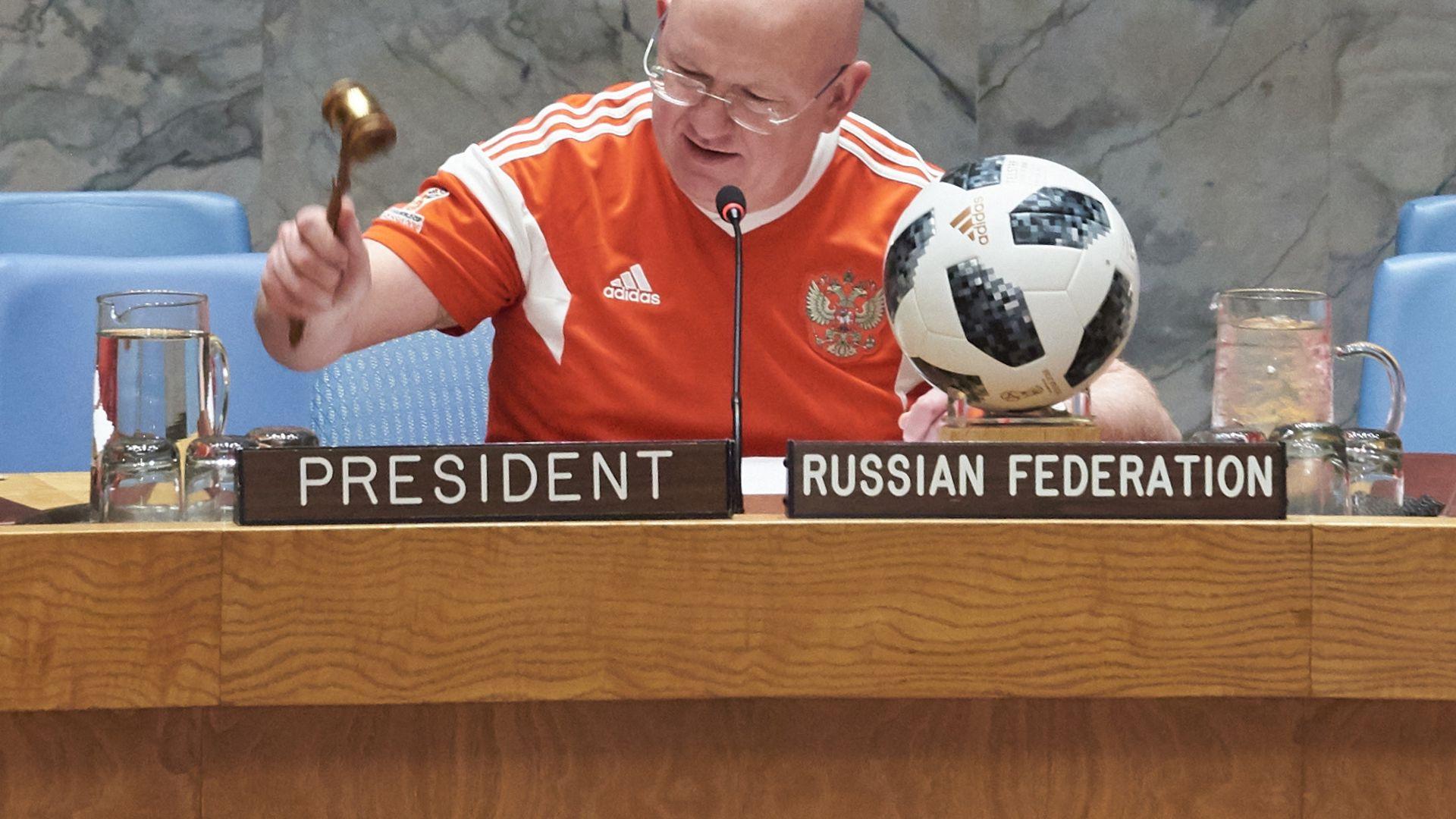 b22e2d9a34f W3 uudised - Postimehe video: ÜRO turvanõukogu tähistas jalgpalli MMi  algust omanäolisel moel