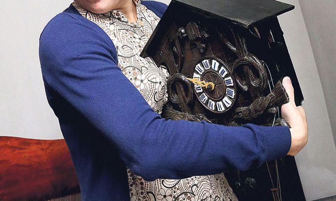 0a714a98fdc «Aeg on oma töö teinud ka kelladega,» märkis Kadi Kähär-Peterson. Näiteks  sel kellal on ajaga kaotsi läinud peale pommide ka tunniseier, kuid kella  kägu ...
