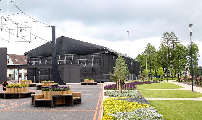 39e581dcbb9 Tõrva keskväljakule on kerkinud hiigelsuur kontserthall. FOTO: Arvo Meeks /  Lõuna-Eesti Postimees