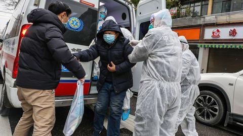Wuhani linnas tuleb kiirabitöötajatel pidevalt haigusnähtudega inimesi transportida.