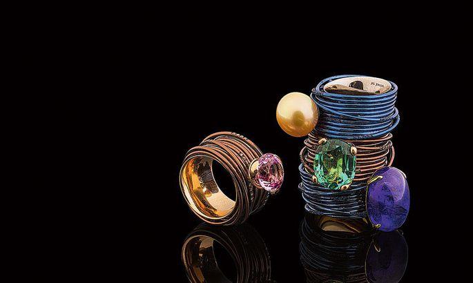3dae01761bd Näited Karin Eensaare ehtedisainist: (vasakult) sarja «Wire» titaaniumist  ja roosast kullast teemantide ning floriidiga sõrmused; mustast grafiidist  ja ...