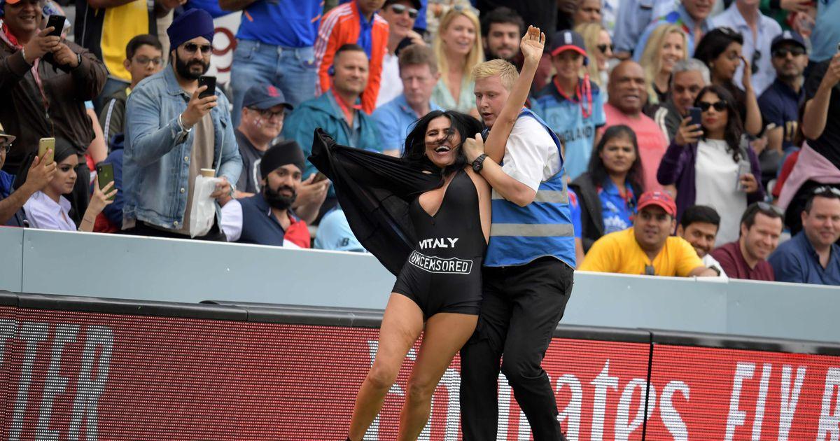 Pildid: kriketi MMi finaali ajal jooksis väljakule rinnakas naine