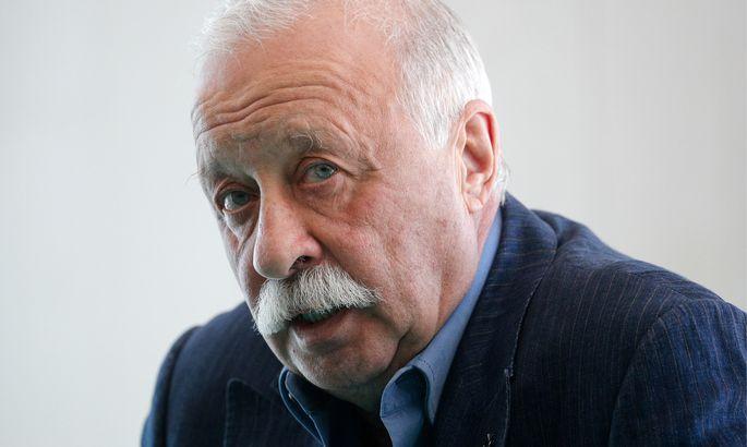 Представитель Якубовича объяснил появление телеведущего в инвалидном кресле