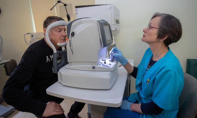 2330e9c3984 Silmaarst Urve Maaten uurib uue aparaadiga Juri Kotšetovi silmapõhju. Sel  patsiendil vastas kõik normile.