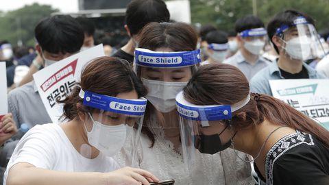 Arst-residendid hetk enne valitsuse koroonapoliitika vastu suunatud meeleavaldust Lõuna-Korea pealinnas Soulis 7. augustil 2020. Tuhanded noored arstid tõstsid häält, et juhtida tähelepanu riigi tervishoiupoliitika ja koroonahaigete raviga seotud puudustele.