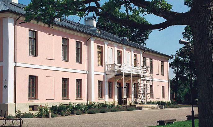 9bc648bc345 Kauni Tõstamaa mõisa majauksed on suvel kõigile külalistele lahti.