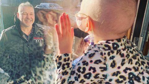 Mila saadab isale läbi aknaklaasi musi.