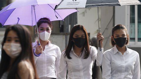 Jalakäijad Tai pealinnas Bangkokis, kus on õhusaastatuse tase tervisele ohtlikul tasemel.