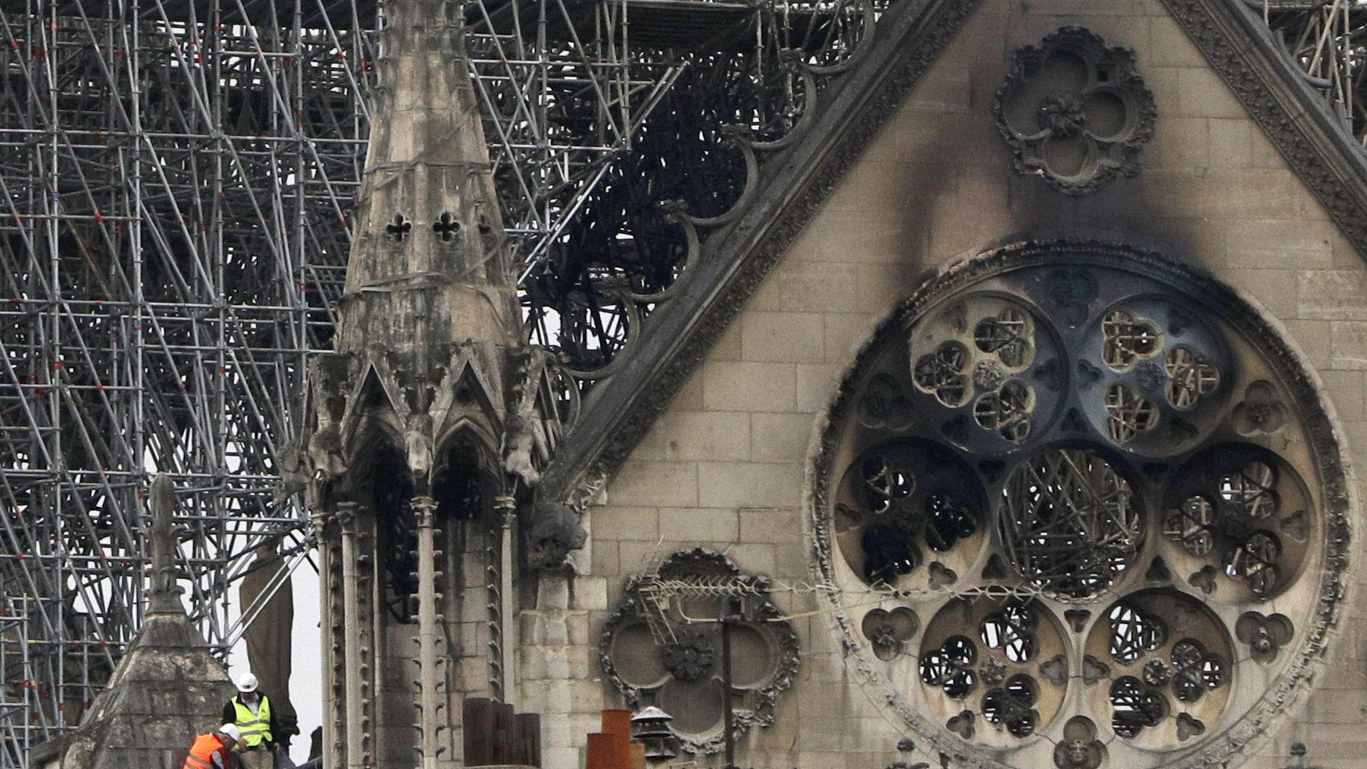 Ugunsgrēka postījumi Parīzes Dievmātes katedrālē