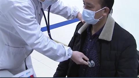 Koroonaviirusest paranenud härra Yang läks haiglasse järelkontrolli, et kinnitada teda pelgama hakanud kohalikele elanikele, et on nüüd tõepoolest terve.