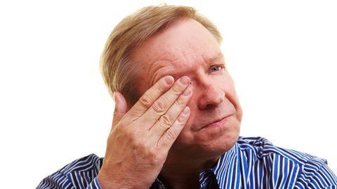 Sarnaselt päikesepõletusele tekib pärast liigset UV-kiirguse mõju silmas mõni järgnevatest sümptomitest: valu, punetus, valgustundlikkus, nägemise hägusus, pisaravoolus, hõõrumistunne, peavalu, ajutine nägemise kaotus.