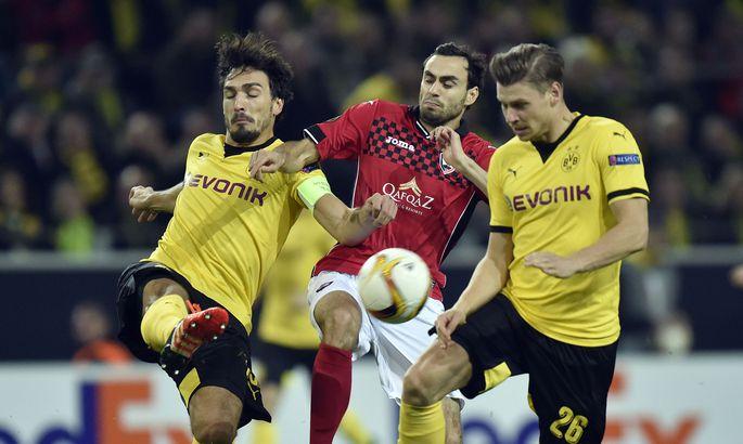 10fccaaa282 Sergei Zenjov (keskel) Euroopa liigas Dortmundi Borussia staaride vastu  võitlemas.
