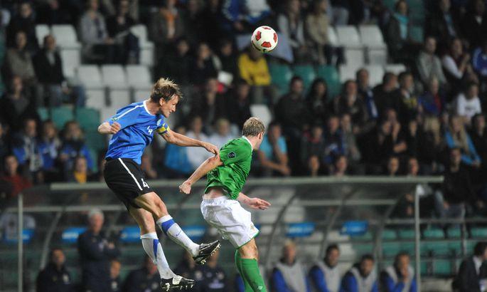 bed94ab1531 Raio Piiroja ja Gareth Mcauley Tallinnas toimunud mängul palli pärast  võitlemas.