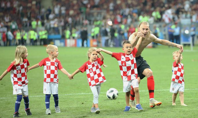 71a1147535b Keskkaitsja Domagoj Vida ja Horvaatia koondislaste lapsed tähistamas võitu  Inglismaa üle MMi poolfinaalis.