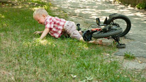 Sügisel kooli ja trennidesse naasnud lapsed satuvad kergesti väiksematesse õnnetustesse, aga komistamise ja kukkumise eest ei ole kaitstud tegelikult mitte keegi.